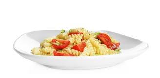 Smakelijke deegwarensalade met basilicum en verse tomaten Stock Afbeeldingen