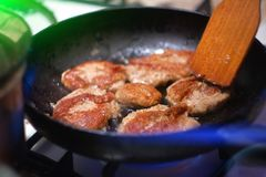 Smakelijke die aardappelpannekoeken in een pan worden gebraden royalty-vrije stock foto