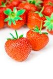 Smakelijke die aardbeien op witte achtergrond worden geïsoleerd stock foto