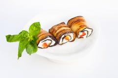 Smakelijke die auberginebroodjes met kwark worden gevuld Close-up Stock Afbeelding