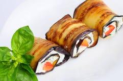 Smakelijke die auberginebroodjes met kwark worden gevuld Close-up Royalty-vrije Stock Afbeelding