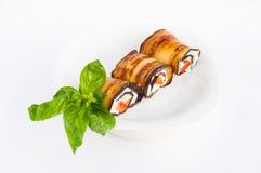 Smakelijke die auberginebroodjes met kwark worden gevuld Close-up Stock Foto