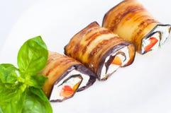 Smakelijke die auberginebroodjes met kwark worden gevuld Close-up Royalty-vrije Stock Fotografie