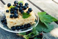Smakelijke die cake met verse zwarte bes wordt verfraaid Royalty-vrije Stock Foto's