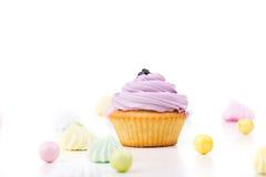 Smakelijke die cupcake op witte achtergrond wordt geïsoleerd Royalty-vrije Stock Foto