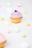 Smakelijke die cupcake op witte achtergrond wordt geïsoleerd Stock Afbeeldingen