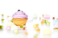 Smakelijke die cupcake op witte achtergrond wordt geïsoleerd Royalty-vrije Stock Afbeelding