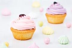 Smakelijke die cupcakes op witte achtergrond wordt geïsoleerd Royalty-vrije Stock Foto