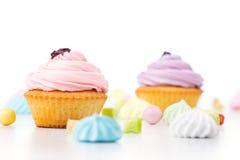 Smakelijke die cupcakes op witte achtergrond wordt geïsoleerd Royalty-vrije Stock Fotografie