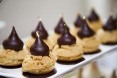 Smakelijke die dessertcakes op teller worden opgesteld Royalty-vrije Stock Foto's