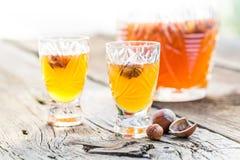 Smakelijke die likeur van alcohol en noten wordt gemaakt royalty-vrije stock afbeelding
