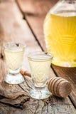 Smakelijke die likeur van honing en alcohol wordt gemaakt stock foto