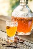 Smakelijke die likeur van noten en alcohol wordt gemaakt stock foto