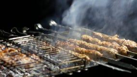 Smakelijke die lulakebab op metaalvleespen wordt geroosterd Kokend vlees stock videobeelden