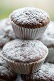 Smakelijke die muffincakes met gepoederde eigengemaakte suiker worden bestrooid Stock Foto's