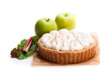 Smakelijke die schuimgebakjepastei met rabarber en appel op wit wordt geïsoleerd royalty-vrije stock afbeelding