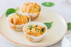 Smakelijke die van aardappelspinazie en feta muffins op een plaat worden gediend wit Royalty-vrije Stock Foto