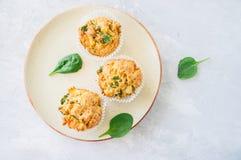 Smakelijke die van aardappelspinazie en feta muffins op een plaat worden gediend wit Royalty-vrije Stock Afbeeldingen