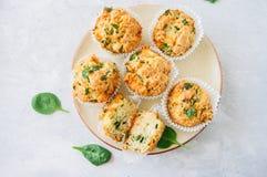 Smakelijke die van aardappelspinazie en feta muffins op een plaat worden gediend wit Stock Foto's