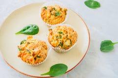 Smakelijke die van aardappelspinazie en feta muffins op een plaat worden gediend wit Stock Fotografie