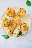 Smakelijke die van aardappelspinazie en feta muffins op een plaat worden gediend wit Royalty-vrije Stock Foto's
