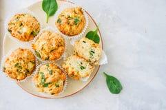 Smakelijke die van aardappelspinazie en feta muffins op een plaat worden gediend wit Royalty-vrije Stock Afbeelding