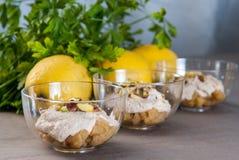Smakelijke die voorgerechtkom met citroenen wordt verfraaid Royalty-vrije Stock Foto's