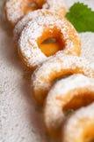 Smakelijke doughnut met suikerglazuursuiker royalty-vrije stock foto's