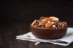 Smakelijke droge vruchten en noten op houten lijst Stock Afbeelding