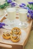 Smakelijke eigengemaakte appelcakes over houten achtergrond Royalty-vrije Stock Fotografie