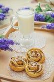 Smakelijke eigengemaakte appelcakes over houten achtergrond Royalty-vrije Stock Foto's