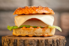 Smakelijke eigengemaakte broodjes met sesam Royalty-vrije Stock Afbeelding