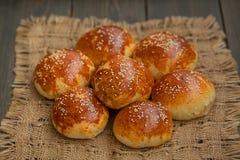 Smakelijke eigengemaakte broodjes met sesam Stock Afbeeldingen