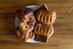 Smakelijke eigengemaakte gebakjes op houten lijst royalty-vrije stock afbeeldingen