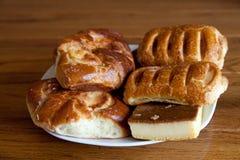 Smakelijke eigengemaakte gebakjes op houten lijst stock afbeeldingen