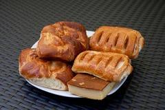 Smakelijke eigengemaakte gebakjes op witte ceramische plaat royalty-vrije stock foto