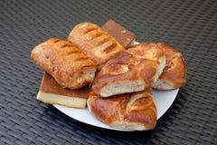 Smakelijke eigengemaakte gebakjes op witte ceramische plaat stock foto