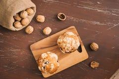 Smakelijke eigengemaakte okkernootmuffins op lijst Zoete Gebakjes royalty-vrije stock foto