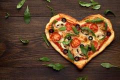 Smakelijke eigengemaakte pizza in hartvorm met paddestoelen en kip op houten uitstekende lijst Royalty-vrije Stock Fotografie
