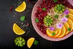 Smakelijke en gezonde havermeelhavermoutpap met fruit, bes en lijnzaad Het gezonde voedsel van de ontbijtgeschiktheid Juiste voed Royalty-vrije Stock Afbeeldingen