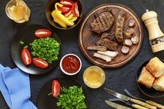 Smakelijke en sappige lapjes vlees, diverse verse groenten, bovenkant veiw Royalty-vrije Stock Fotografie