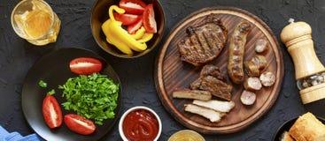 Smakelijke en sappige lapjes vlees, diverse verse groenten, bovenkant veiw Stock Fotografie