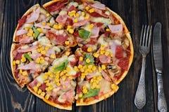 Smakelijke en smaakvolle pizza op de lijst Smakelijke eigengemaakte pizza royalty-vrije stock foto