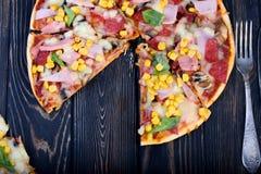 Smakelijke en smaakvolle pizza op de lijst Smakelijke eigengemaakte pizza royalty-vrije stock afbeelding