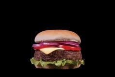 Smakelijke en smakelijke cheeseburger met dik geïsoleerd pasteitje Royalty-vrije Stock Foto