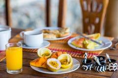 Smakelijke exotische vruchten - rijpe passievrucht, mango op ontbijt bij openluchtrestaurant Stock Afbeeldingen
