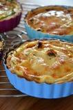 Smakelijke Franse miniquiche met kaas Stock Fotografie