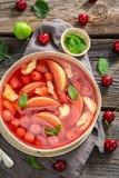 Smakelijke fruitsoep met appelen en kersen stock foto's