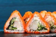 Smakelijke fusiebroodjes met oranje tobikokuiten, roomkaas en cucu Royalty-vrije Stock Afbeeldingen
