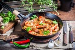 Smakelijke garnalen met knoflook en koriander stock fotografie